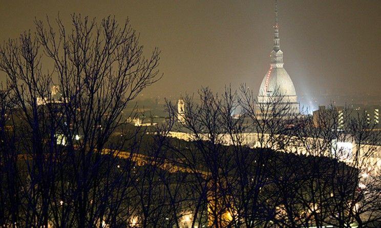 Torino, donna senza lavoro si dà fuoco davanti all'INPS