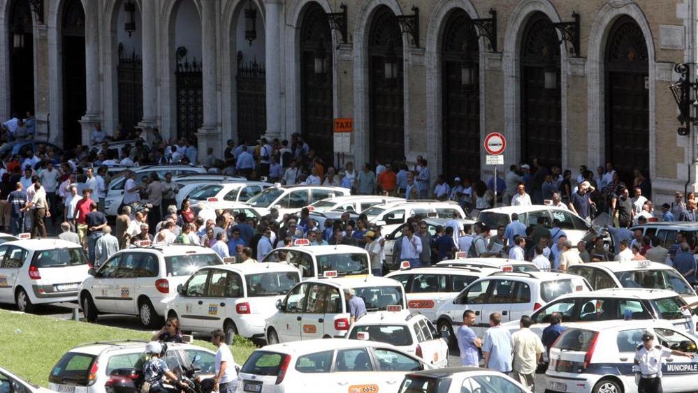 Sciopero taxi oggi a roma si protesta davanti montecitorio for Montecitorio oggi