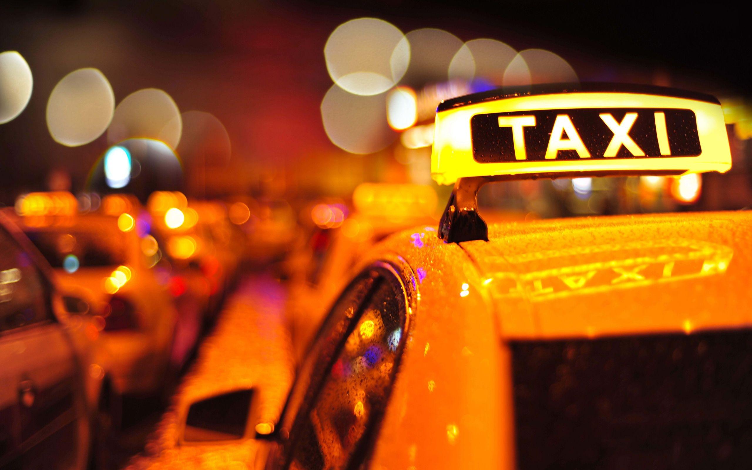 Taxi sulla folla all'aeroporto di Boston: 9 persone travolte, molte sono gravi