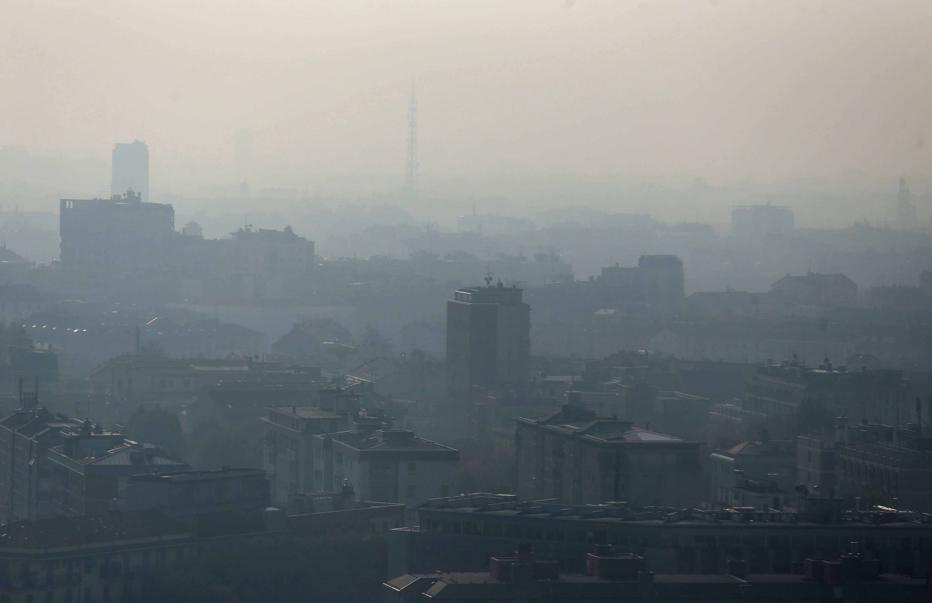 Smog a Milano: da martedì blocco delle auto inquinanti