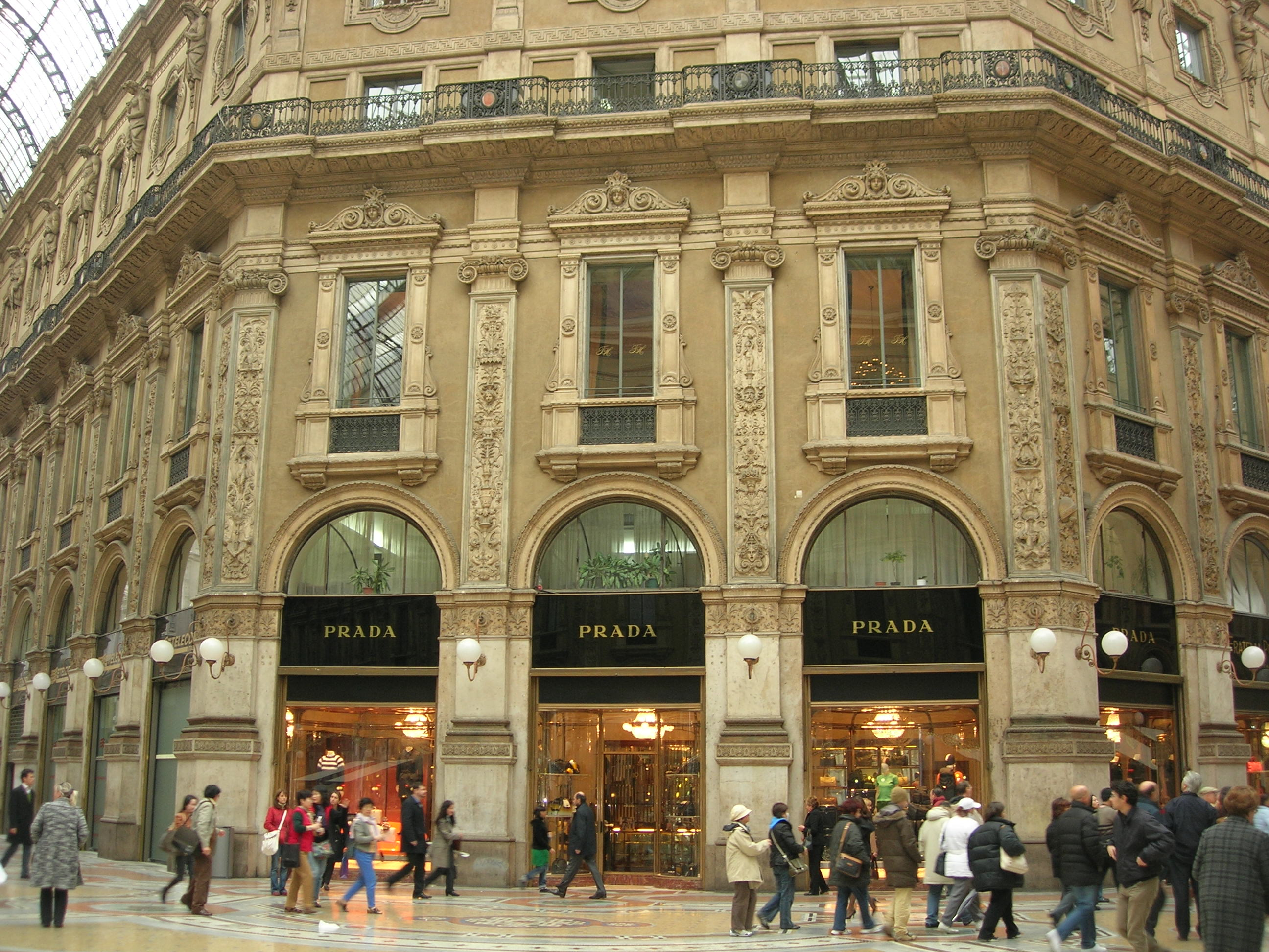 Milano. Furto da Prada in via Della Spiga bottino 100 mila euro